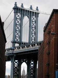 Admirez l'Empire State Building en plein centre des «pattes» du pont ! Nice Shot!