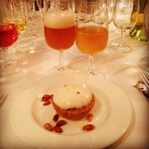 Tartare de maquereau à l'huile de citron, espuma à la bière, noix de pins aux épices cajun avec la #bière Yba-la de Cervejaria Colorado et Mathilda Soleil de Schneider Weisse. Crédit photo: Katchouk: Biertrotteur